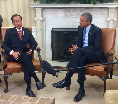 Does Barack Obama still using BlackBerry smartphone? Will Obama and Jokowi make selfie photos?